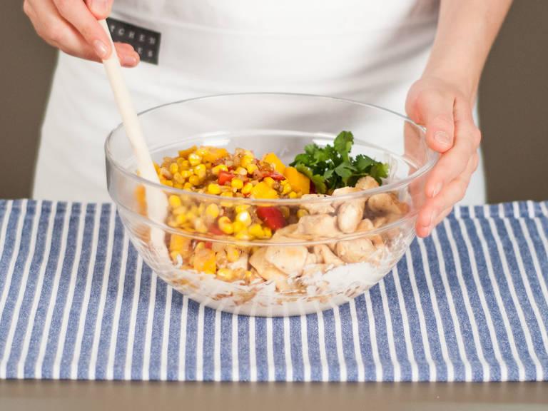 Angebratenes Gemüse und Hähnchen zu der Crème fraîche-Käse-Mischung geben. Gut vermengen.