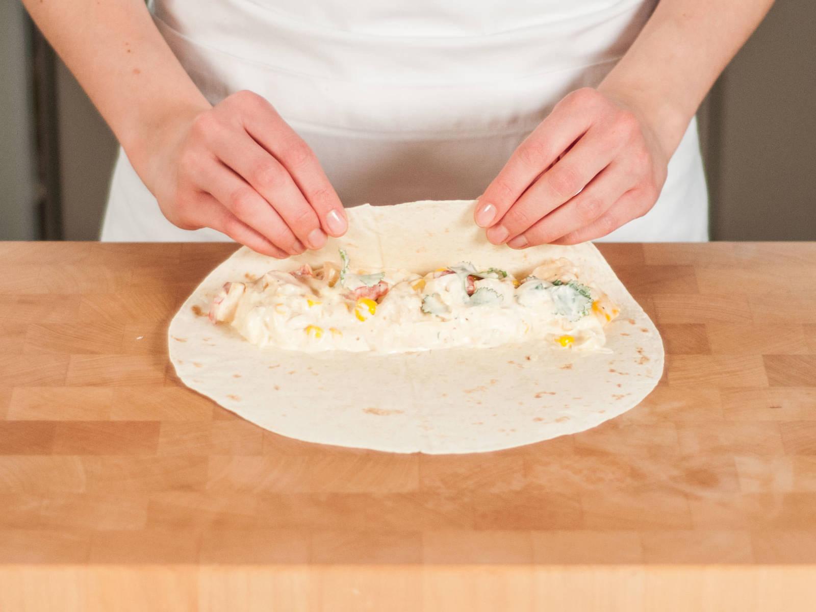 将馅料放在薄饼上,并卷紧。将卷饼放入烤盘中,再将剩余奶酪放在卷饼上,然后放入预热至160摄氏度的烤箱中烤制8-10分钟,直至奶酪融化。即刻享用吧!