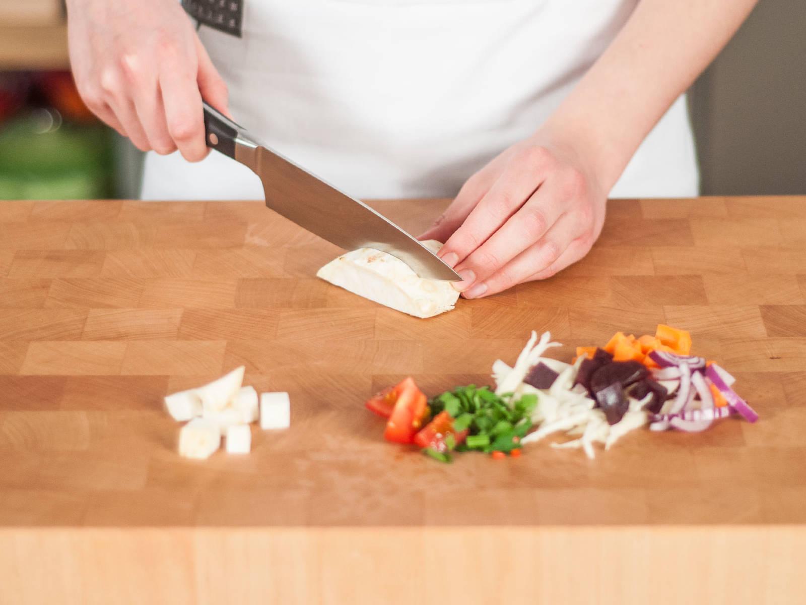 Petersilie grob hacken. Chili fein würfeln. Weißkohl und Zwiebeln in feine Ringe schneiden. Rote Bete, Karotten, Tomaten und Knollensellerie in mundgerechte Stücke schneiden.