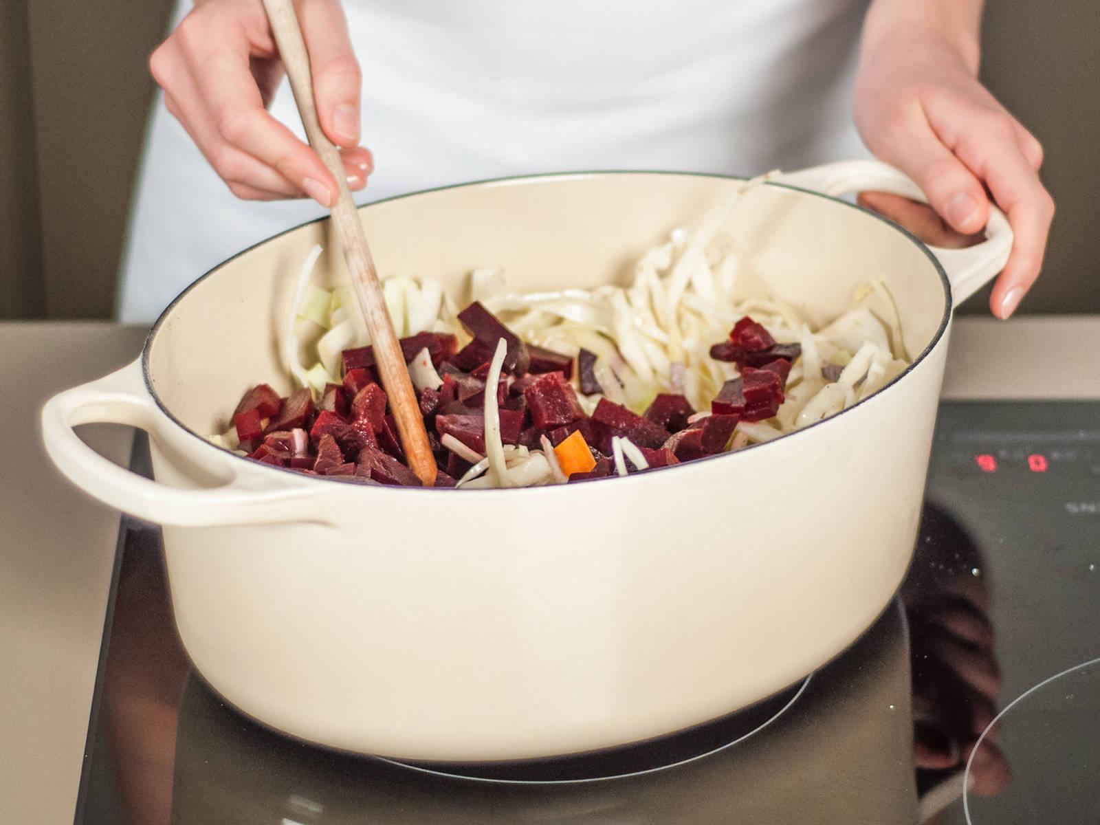 Karotten, Rote Bete, Weißkohl, Zwiebel, Chili und Knollensellerie bei mittlerer Hitze mit etwas Pflanzenöl in einem großen Topf für ca. 5 - 7 Min. anbraten bis sie etwas weich geworden sind.
