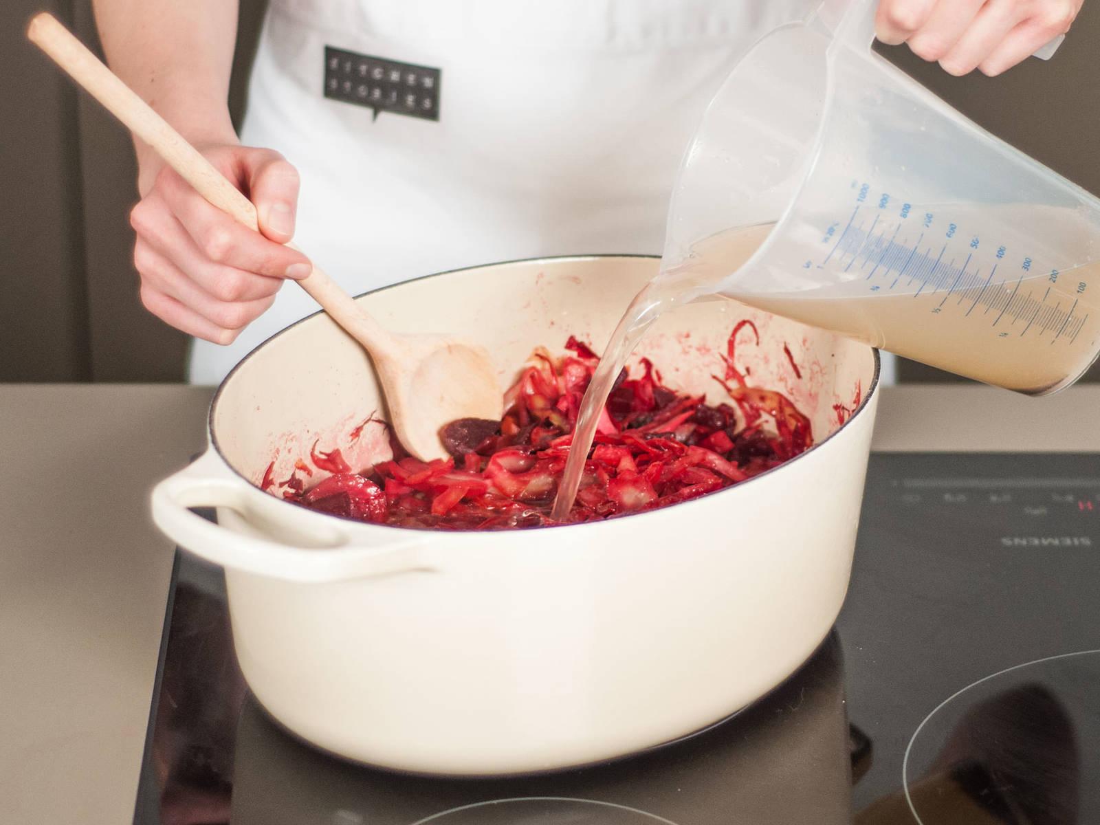 Schweinebauch und Rindfleisch abgießen. Dabei die Fleischbrühe auffangen.  Brühe zum Topf mit dem Gemüse geben und für ca. 10 - 15 Min. reduzieren lassen.