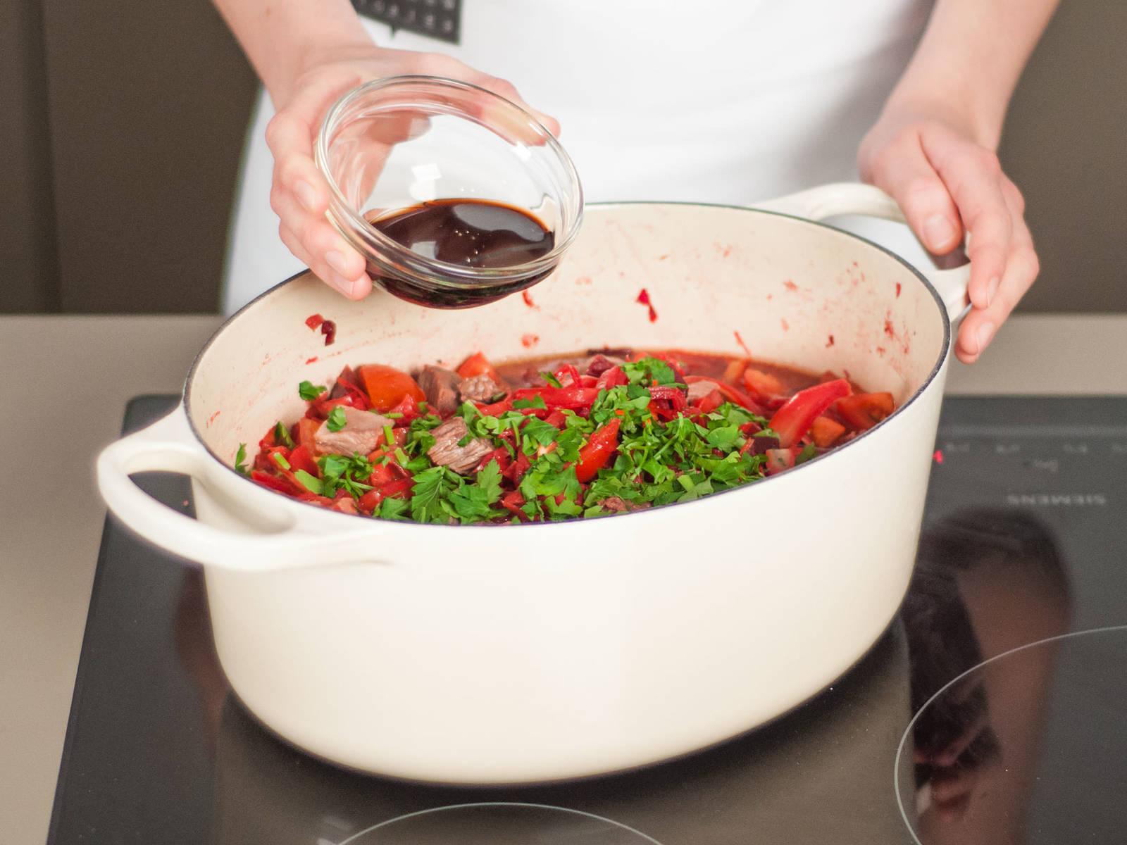 Petersilie und Rotweinessig hinzufügen und gut vermengen. Nach Wunsch mit saurer Sahne serviert genießen.