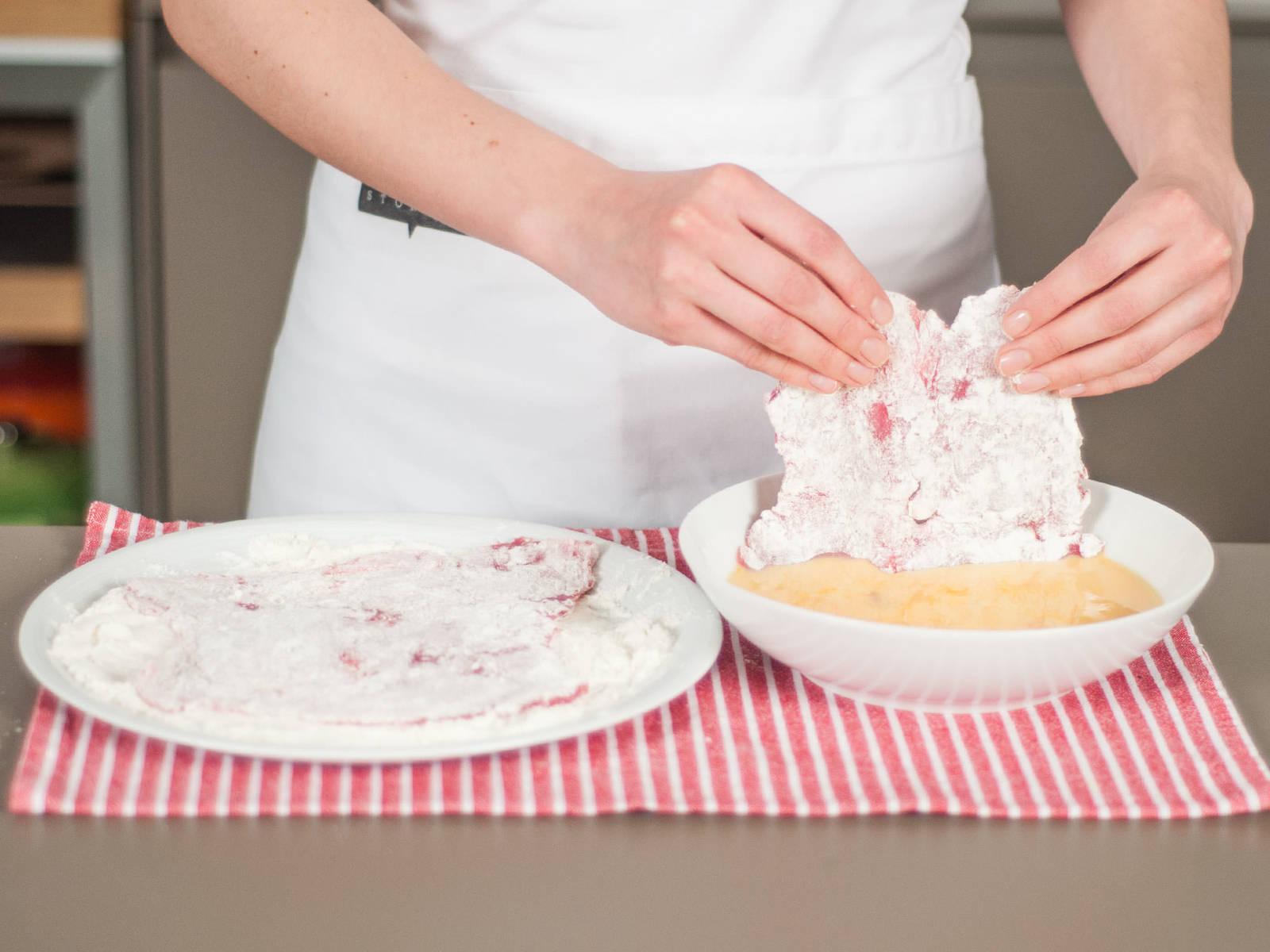 Die Schnitzel mit Salz und Pfeffer würzen. Dann jeweils zuerst in Mehl, dann in der Eier-Milch-Mischung wenden.