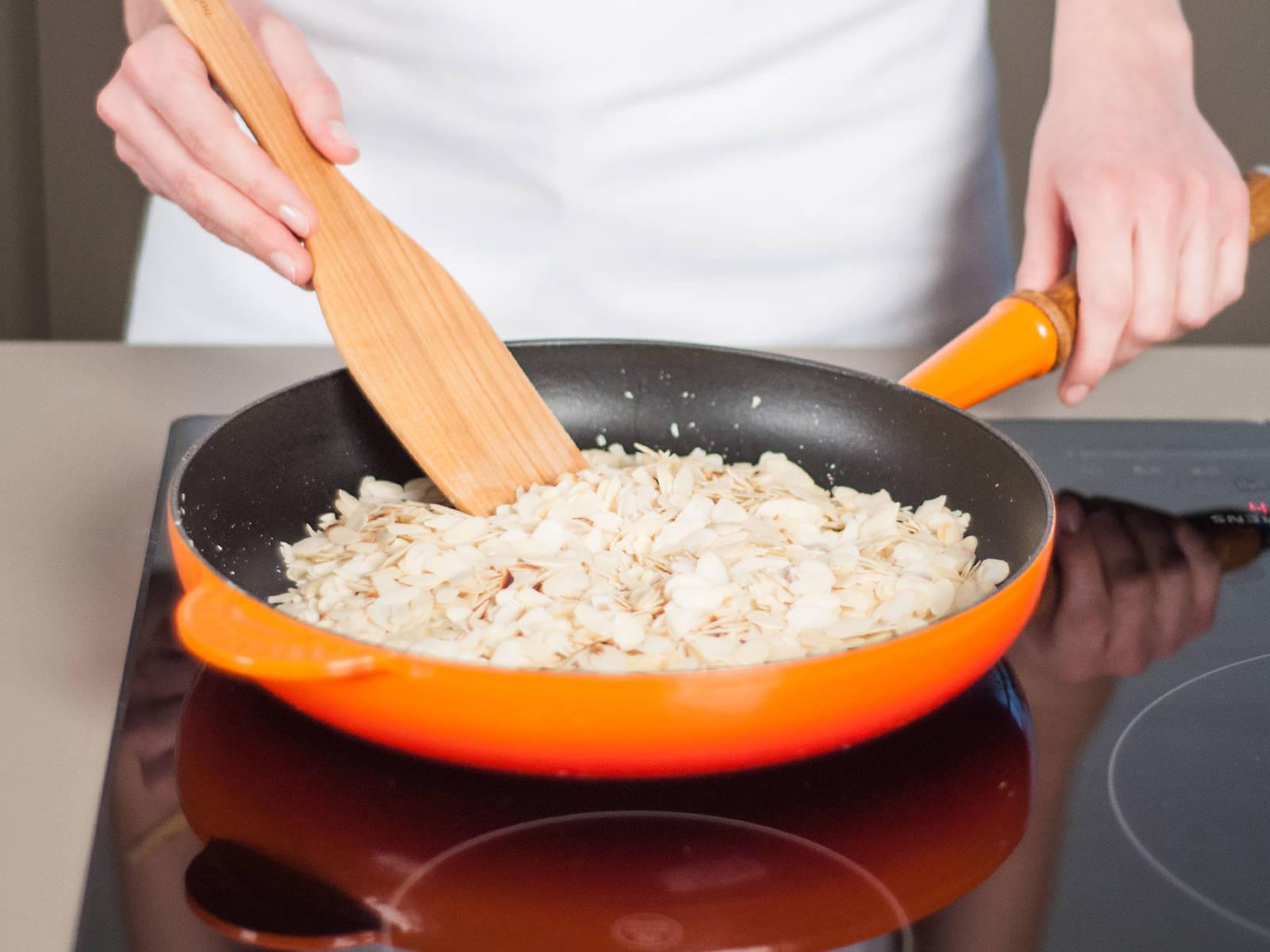 Gehobelte Mandeln in einer fettfreien Pfanne bei mittlerer Hitze rösten bis sie hellbraun sind und duften.