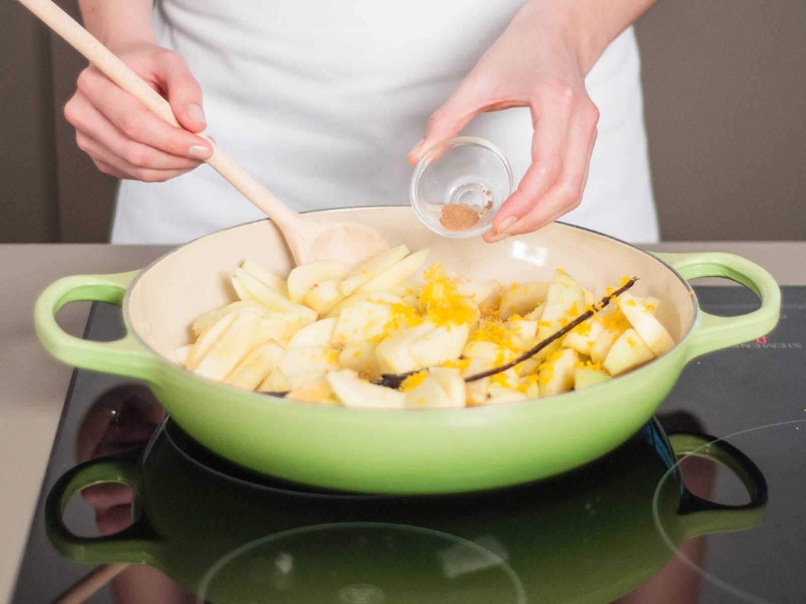 Äpfel zum Karamell hinzufügen und mit Apfelsaft ablöschen. Vanillemark, restlicher Zitronen-, Orangenabrieb und Zimt hinzufügen. Köcheln lassen bis die Flüssigkeit fast vollständig verdampft ist. Beiseitestellen.
