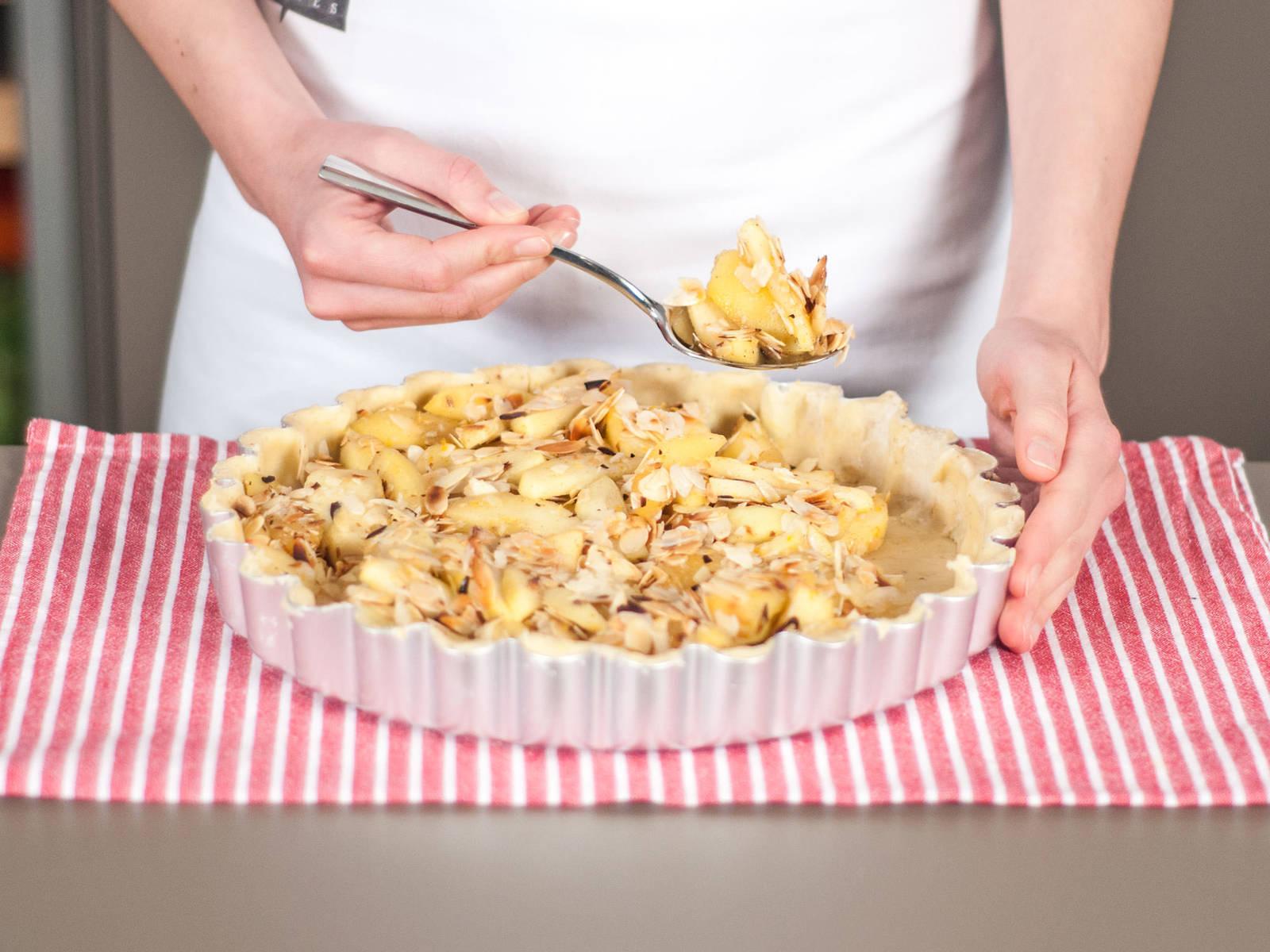 向派盘中填入苹果杏仁混合物,铺放均匀。如有需要,可加入部分煮苹果的汤汁。