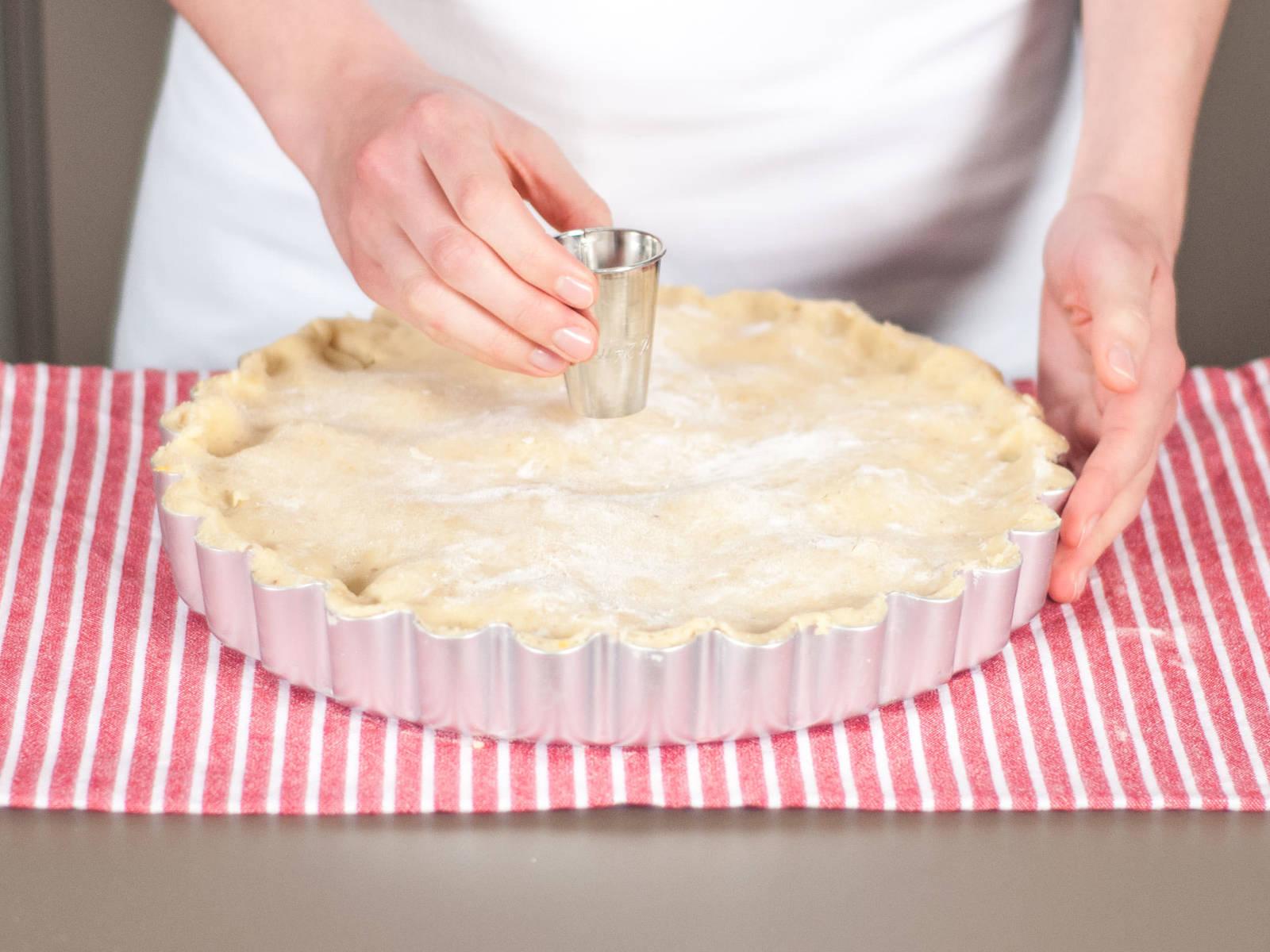 Zweite Teigplatte über die Kuchenform legen und an den Rändern festdrücken. Mit der Ausstechform mittig ein Loch machen, damit die heiße Luft beim Backen entweichen kann. Im vorgeheizten Backofen bei 160°C ca. 65 – 75 Min. backen bis der Kuchen goldbraun ist. Warm mit Vanilleeis oder Schlagsahne genießen.
