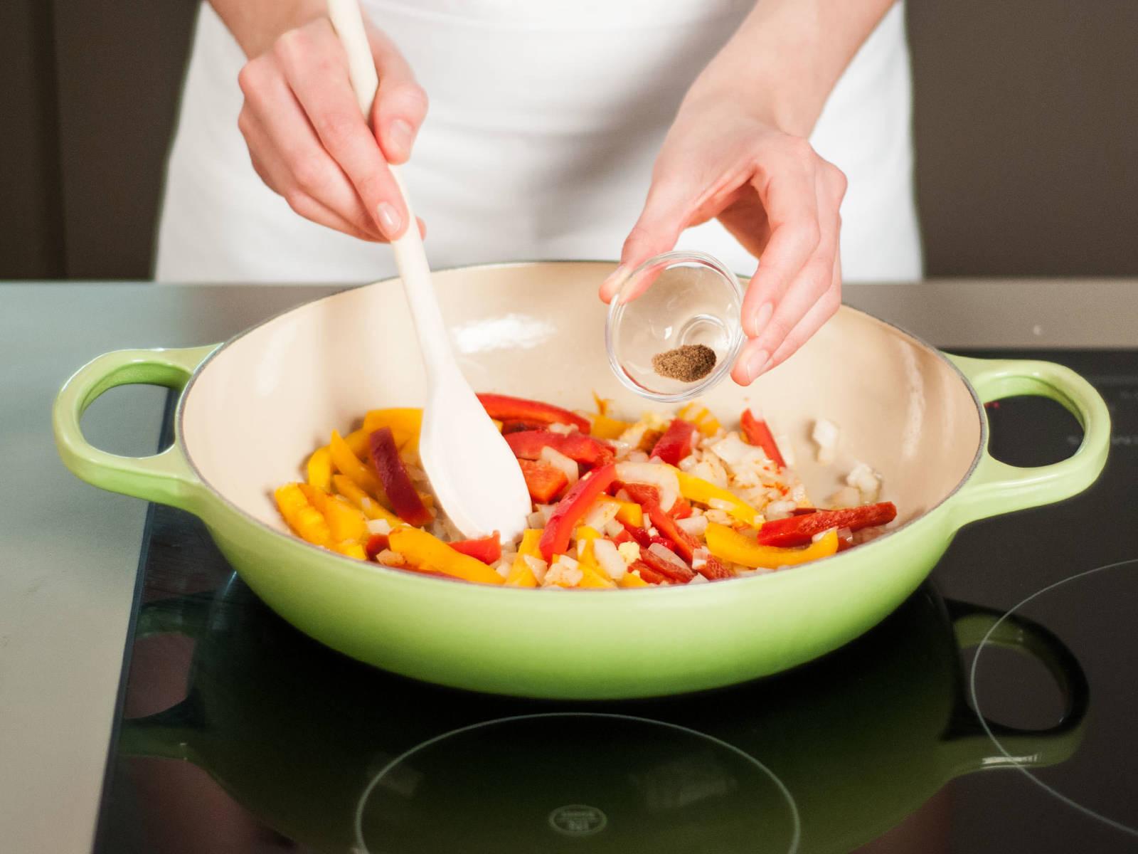 用中温在煎锅中加热少许植物油,加入洋葱、蒜、辣椒与灯笼椒,煸炒6-8分钟至灯笼椒变软,然后加入生姜、甜椒粉与孜然粉,继续煸炒约2分钟。