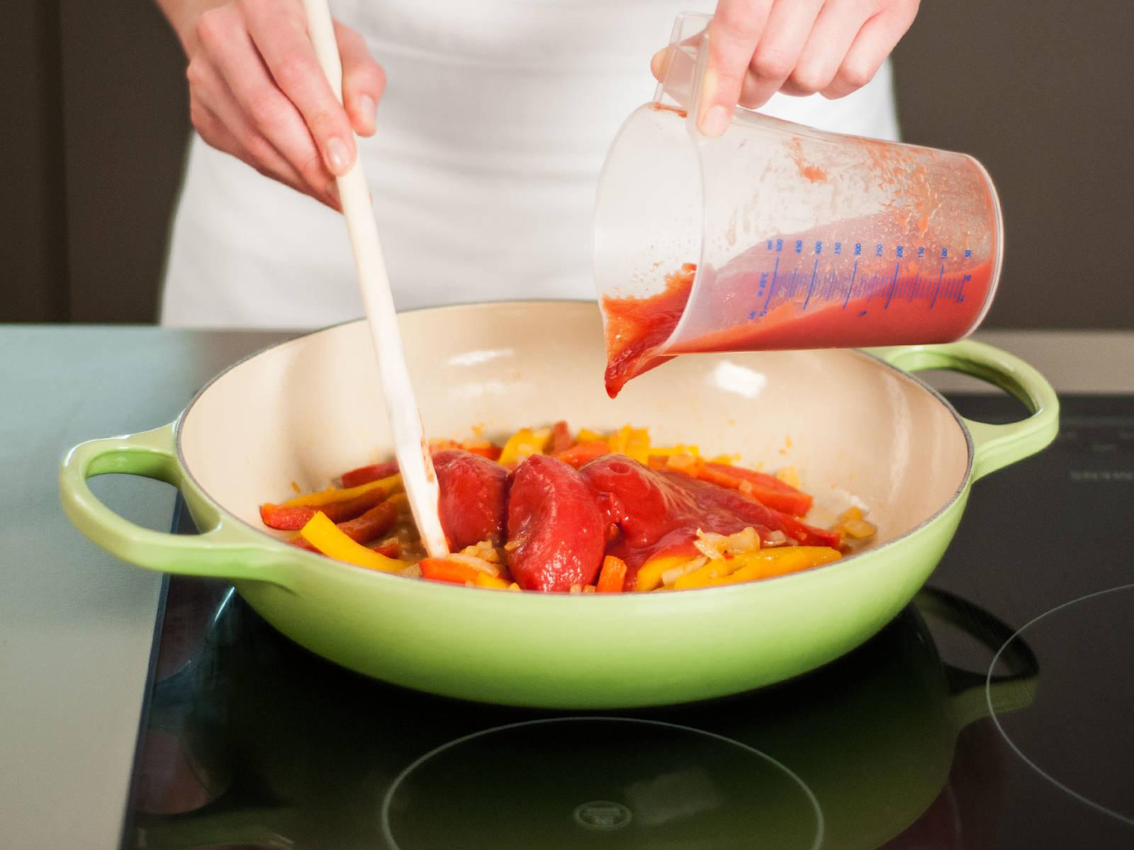 将新鲜番茄与罐装番茄一起加入锅中,并用锅勺轻轻压碎。