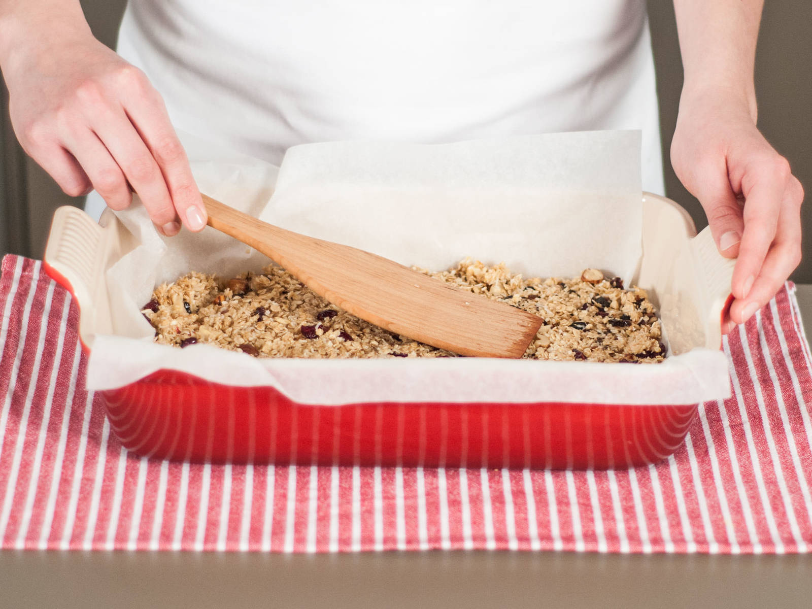 Add oat mixture to a parchment paper-lined baking dish. Bake in preheated oven at 170°C/350°F for approx. 15 - 20 min. until golden. Allow to cool off for approx. 15 - 20 min.