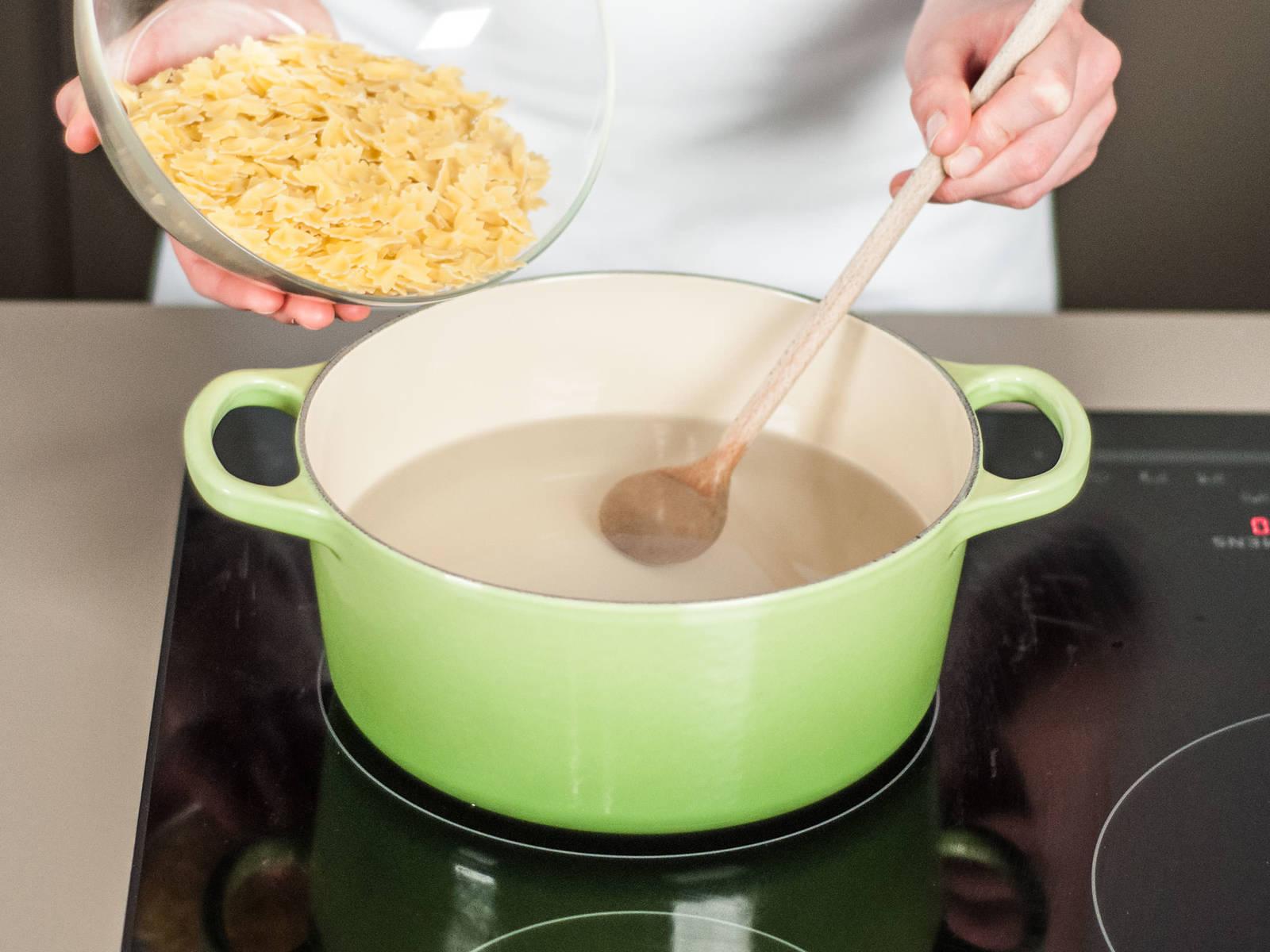 按照包装上的说明,将意面放入煮沸的盐水中煮8-10分钟。盛出后沥干备用。