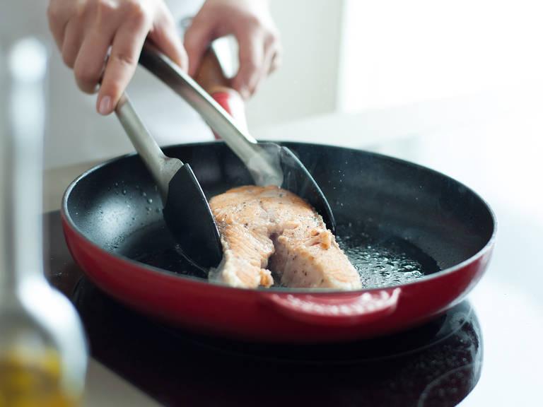 Backofen auf 100°C vorheizen. Lachs mit Salz und Pfeffer würzen. Dann in einer Pfanne bei mittlerer Hitze in etwas Pflanzenöl ca. 1 – 2 Min. von jeder Seite scharf anbraten. Im Backofen bei 100°C ca. 10 Min. fertig garen.