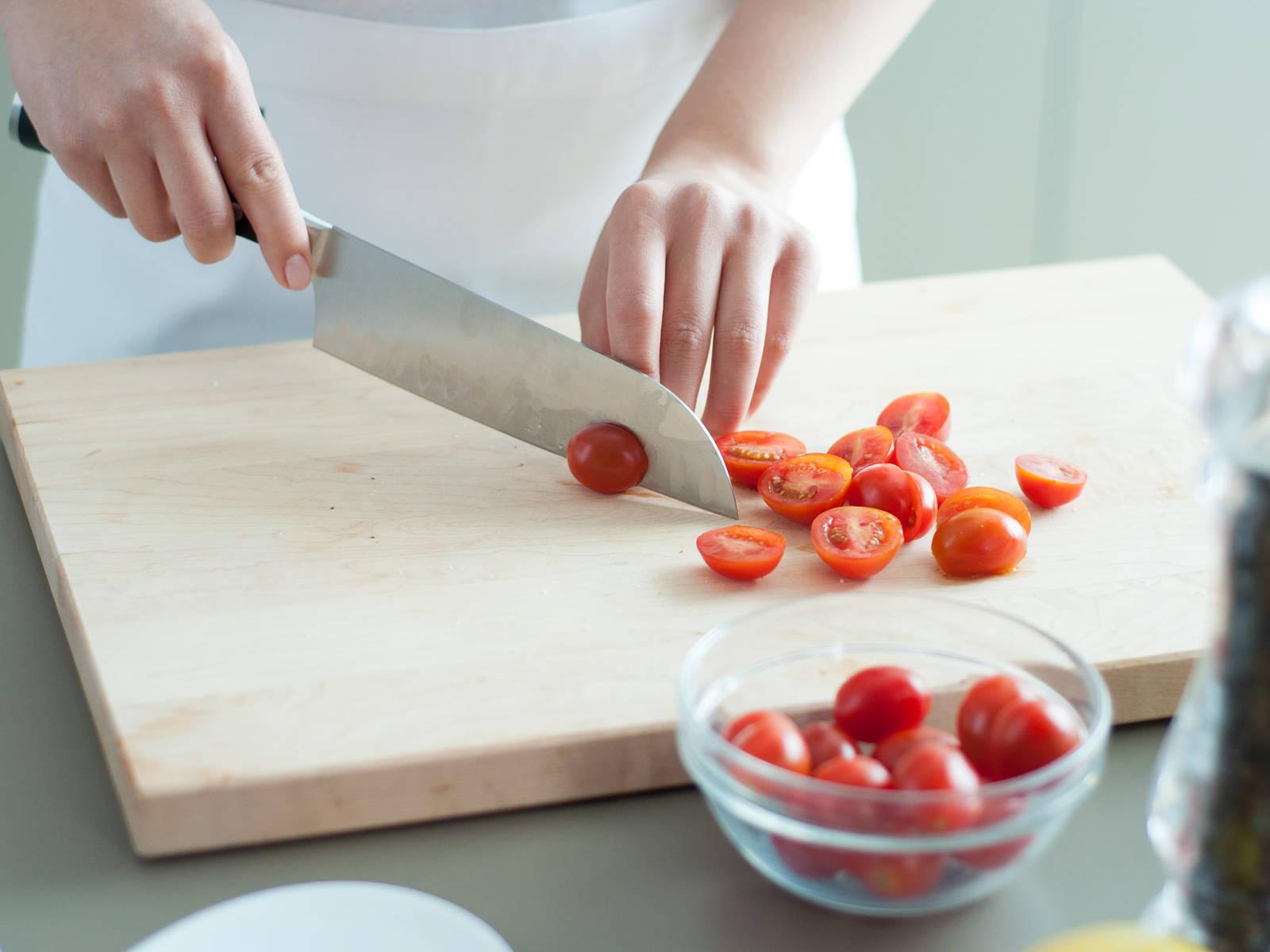将樱桃番茄切半。