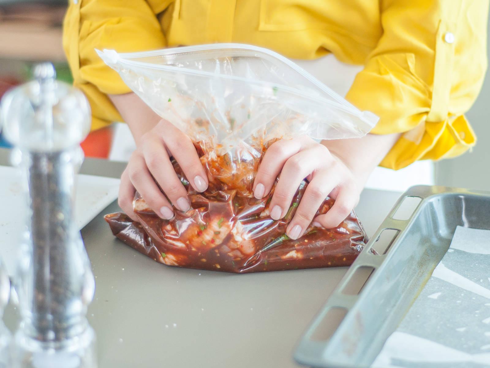 In einem großen Gefrierbeutel Knoblauch, Chili, Limettensaft- und abrieb, die Hälfte des Korianders, Olivenöl und Barbecuesoße mit den Hähnchenflügeln vermengen. Mit Salz, Pfeffer, Zucker und Paprikapulver würzen.