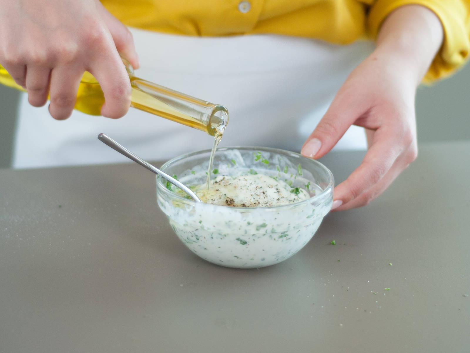 Limette entsaften. In einer kleinen Schüssel saure Sahne, restlichen Koriander, Limettensaft, Salz, Pfeffer, Zucker und Olivenöl verrühren.