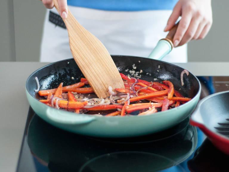 Etwas Pflanzenöl in einer Pfanne bei mittlerer Hitze erwärmen. Zwiebel sowie Knoblauch hinzufügen und glasig anschwitzen. Dann Paprika hinzugeben und ca. 5 - 7 Min. anbraten, bis die Paprika weich wird. Gemüse aus der Pfanne nehmen und beiseitestellen.