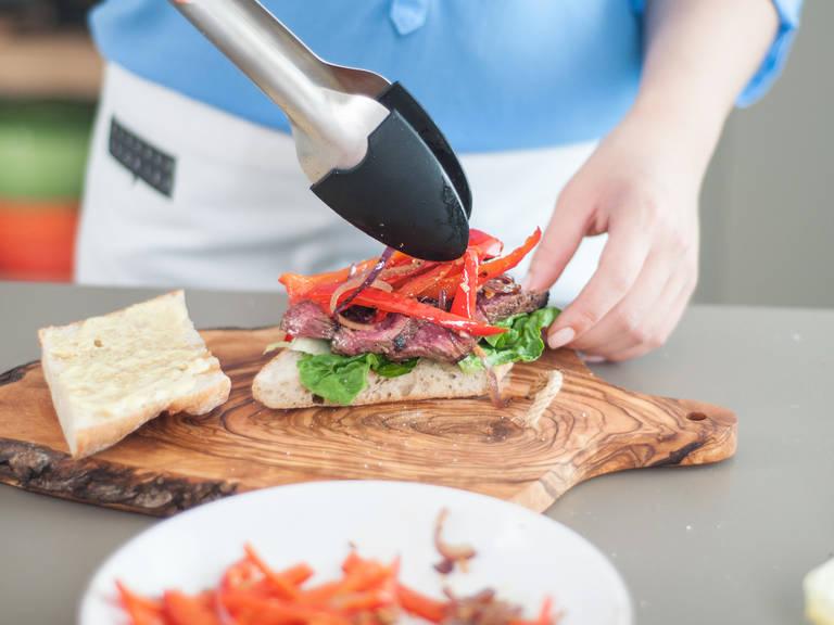 Ciabatta längs aufschneiden und mit Olivenöl einpinseln. In einer Grillpfanne bei mittlerer Hitze goldbraun toasten. In einer kleinen Schüssel Mayonnaise und Senf verrühren. Zum Anrichten das Ciabatta zunächst mit der Senf-Mayonnaise bestreichen. Salatblätter auf die untere Brothälfte legen. Rinderfilet aufschneiden und auf dem Salat anrichten. Mit Salz und Pfeffer würzen. Mit dem angebratenen Gemüse bedecken.