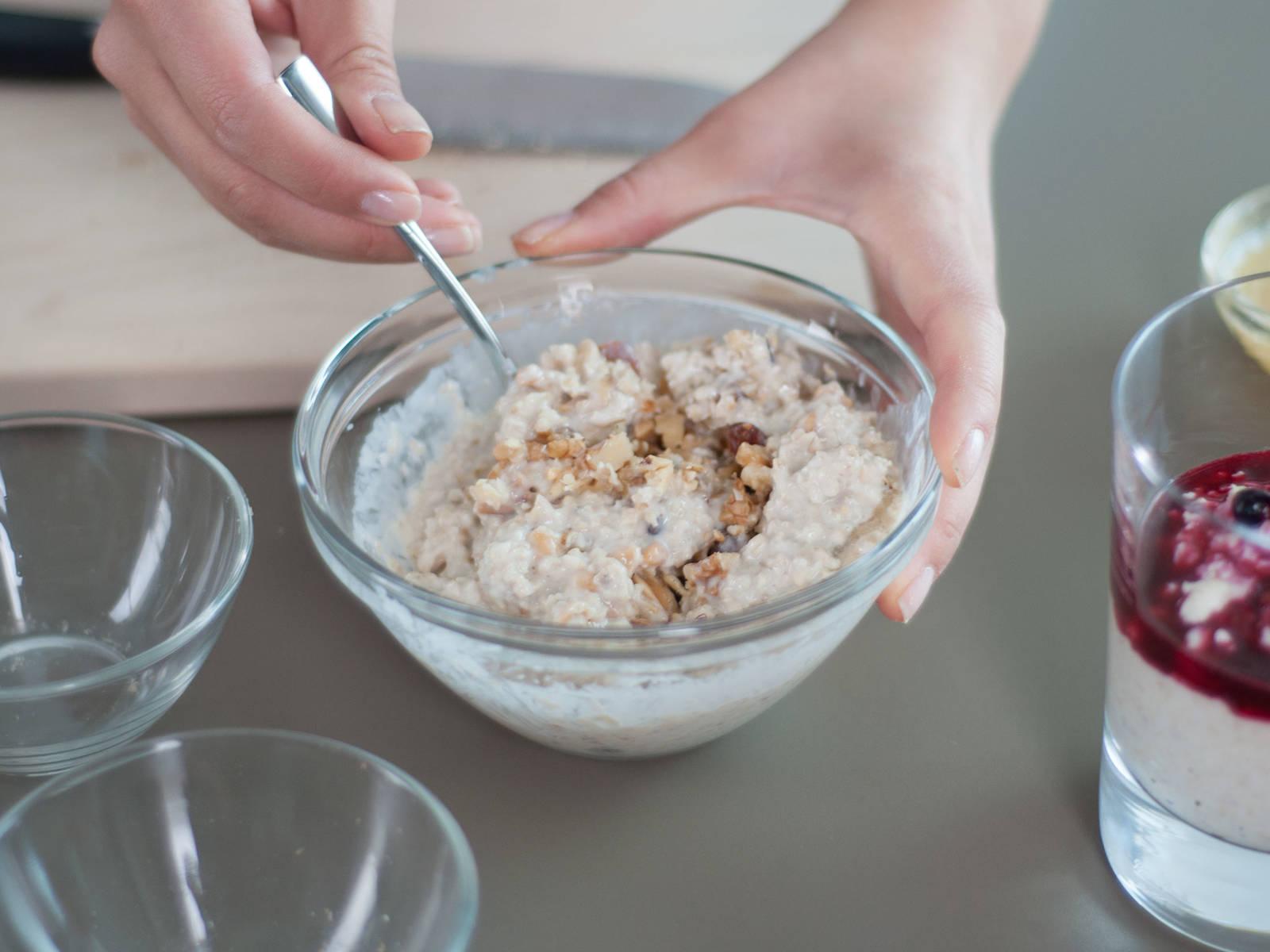 坚果风味燕麦粥的制作方法: 将核桃与什锦坚果切碎,放入小碗中,加入蜂蜜搅拌均匀。拌入三分之一的燕麦粥,再盛入玻璃杯。可根据个人喜好,多撒一些坚果。