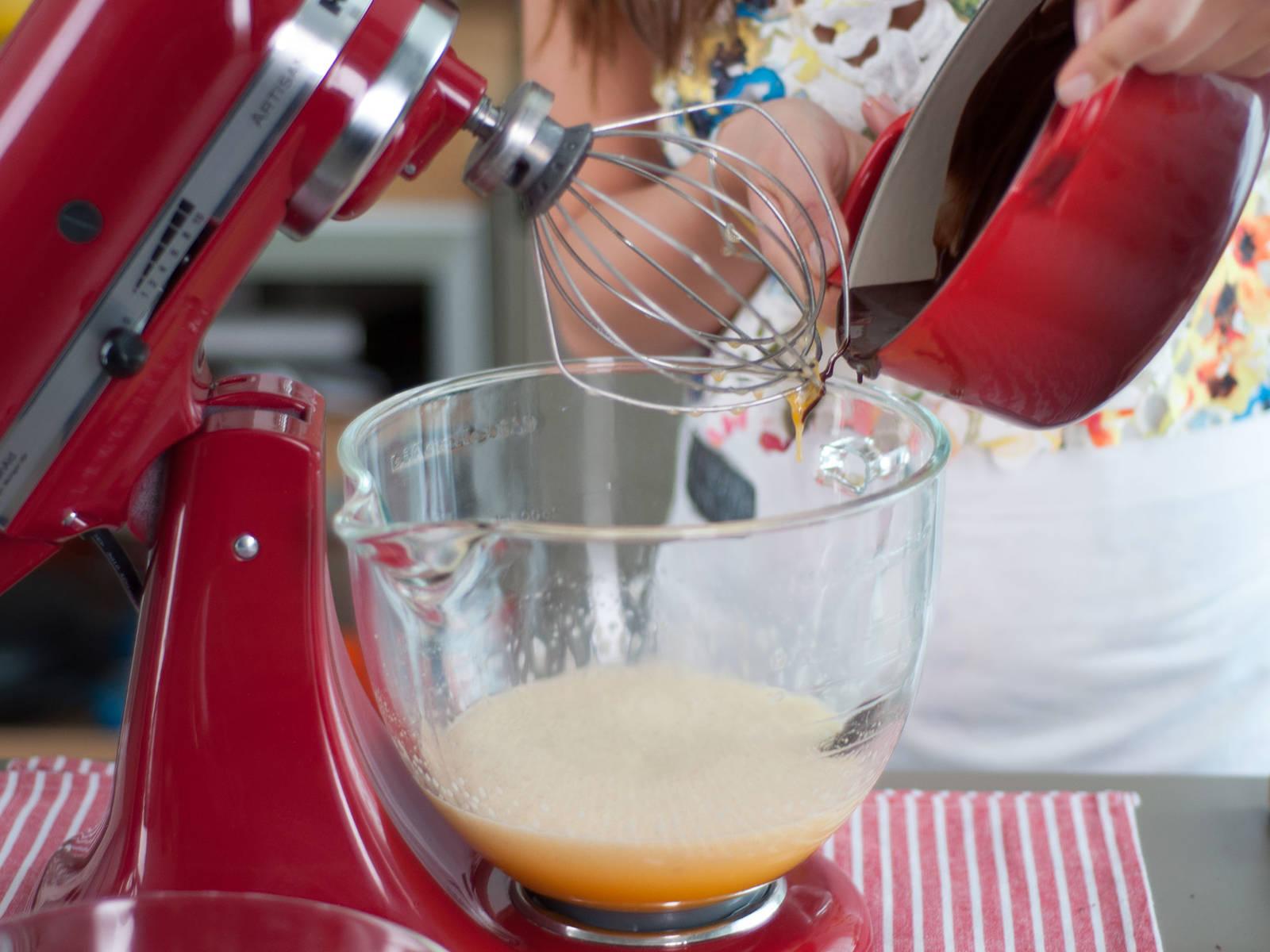 将烤箱预热至200摄氏度。将巧克力切碎后放入小锅中,用低温融化巧克力,向锅中加入黄油并搅拌均匀。将鸡蛋加入立式搅拌器中,并加入糖、香草精华与少许盐,搅打至起泡,然后加入面粉并搅打均匀。最后拌入融化后的巧克力,并搅拌至所有食材充分混合。