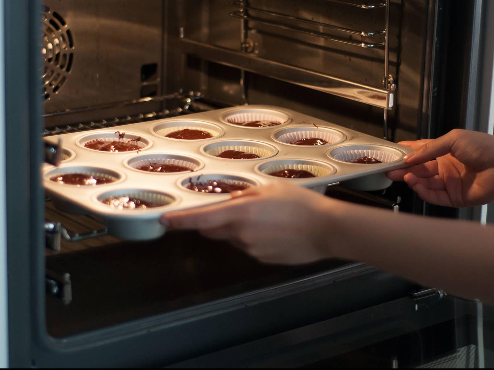 将烤模从冷冻柜中取出,并立刻放入预热好的烤箱中,以 200摄氏度烤制7-9分钟。将烤模从烤箱中取出,冷却约10分钟。撒上少许糖粉,并饰以剩余覆盆子享用!