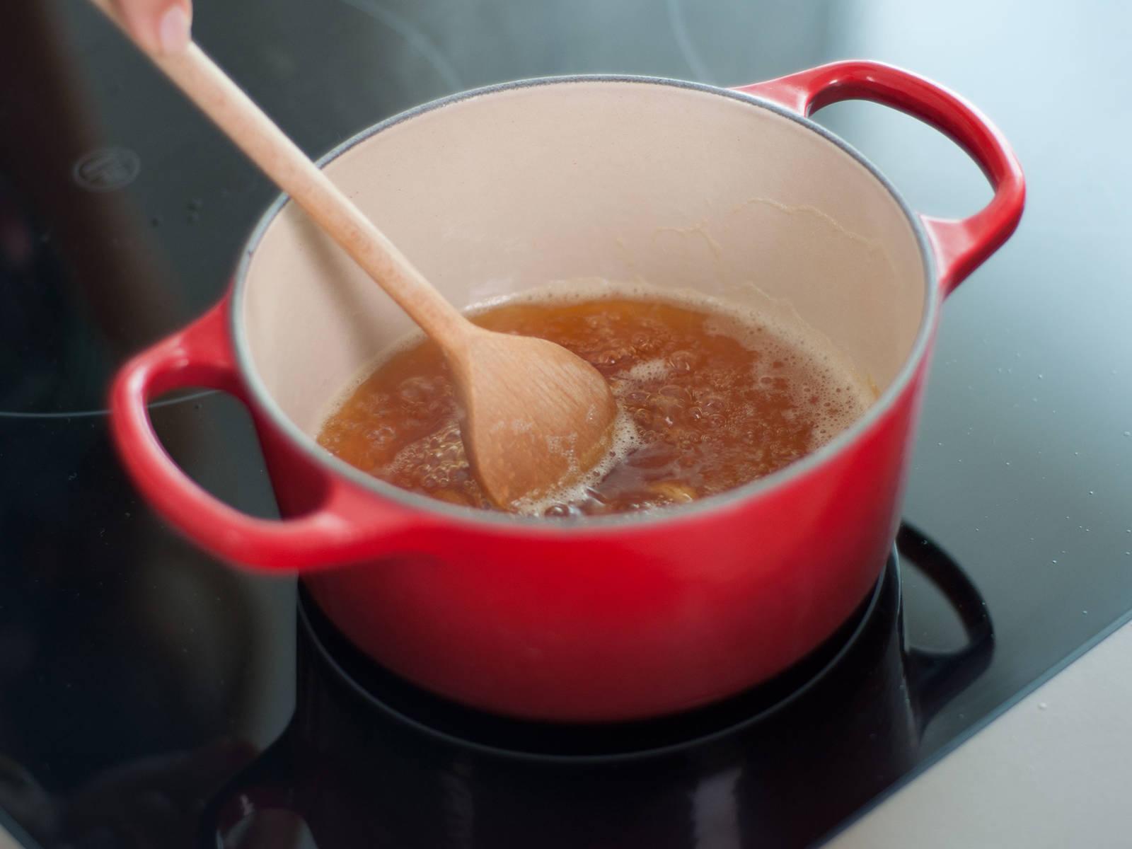 In einem kleinen Topf Zucker bei mittlerer Hitze karamellisieren lassen, bis er eindickt und die Farbe von Bernstein annimmt. Mit Zitronensaft ablöschen.