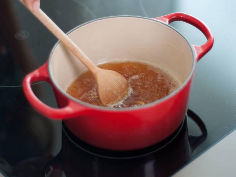 用中低温在小锅中融化糖,待糖汁微浓并呈琥珀色时,加入柠檬汁。