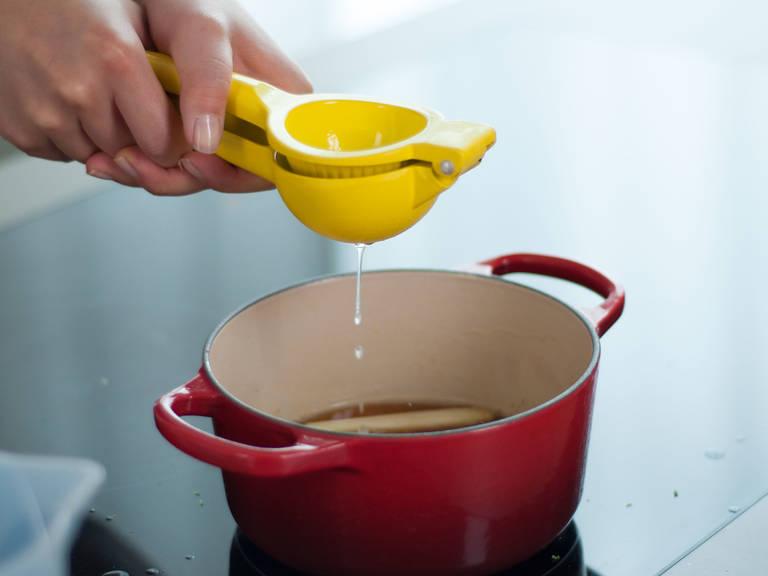 轻轻敲击柠檬草并切成三段,生姜去皮、切细丝,擦取酸橙皮碎并榨汁。将所有食材放入平底锅中煮至汤汁减半呈糖浆状。