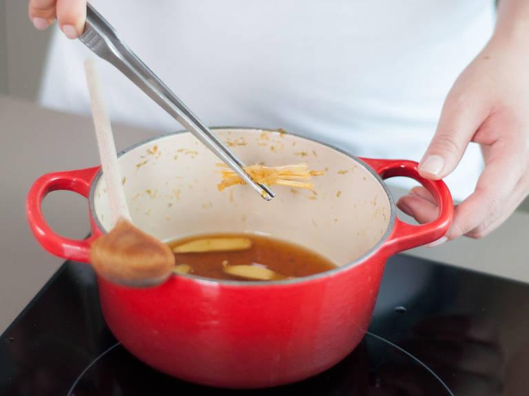 将柠檬草从锅中取出。
