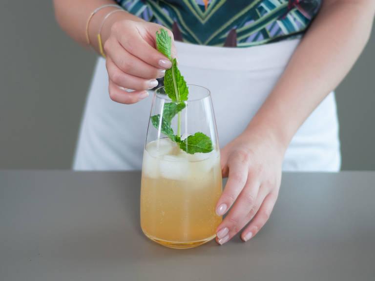 向玻璃杯中加入冰块。注入苏打水至玻璃杯 3/4 处,加入2-3勺糖浆并搅拌。