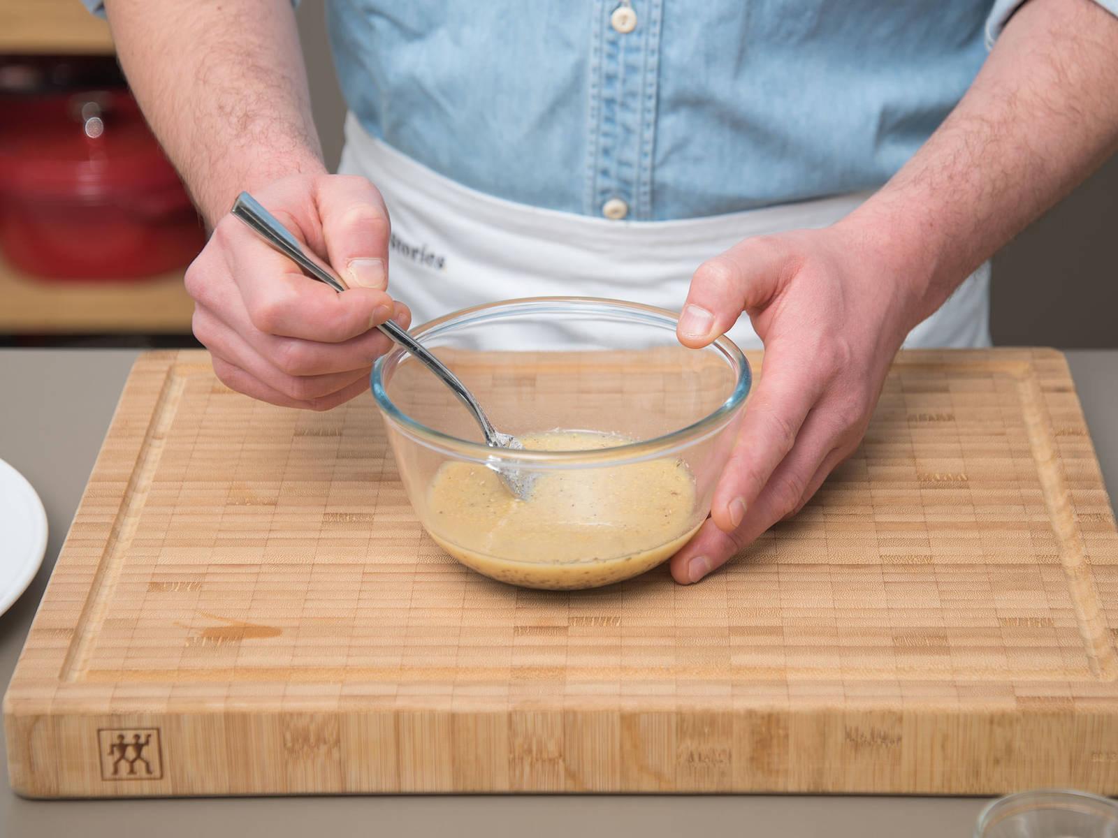 在小碗中放入第戎芥末、整粒芥末、蜂蜜和蔬菜高汤,搅拌均匀,撒盐调味。