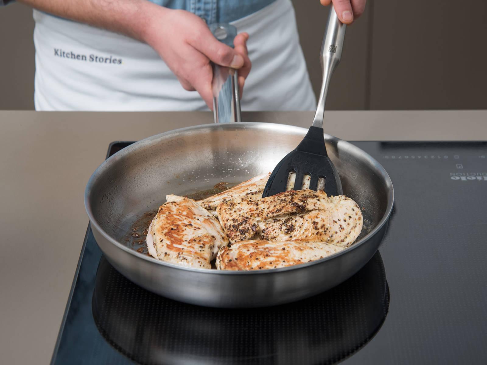 在不锈钢煎锅中,中火加热橄榄油。然后倒入鸡胸肉,煎一面2-3分钟。一开始,鸡肉可能会黏在锅底,但2-3分钟后就能轻松移动了。翻面,煎另一面3分钟。