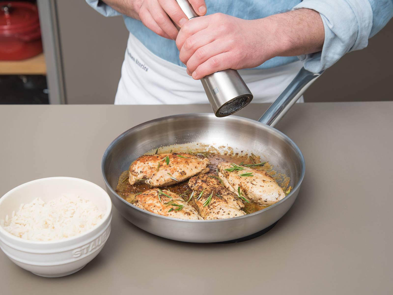将蜂蜜芥末酱倒入锅中,撒上迷迭香。调小火,鸡肉和酱汁一起煮5-7分钟,搭配米饭享用。