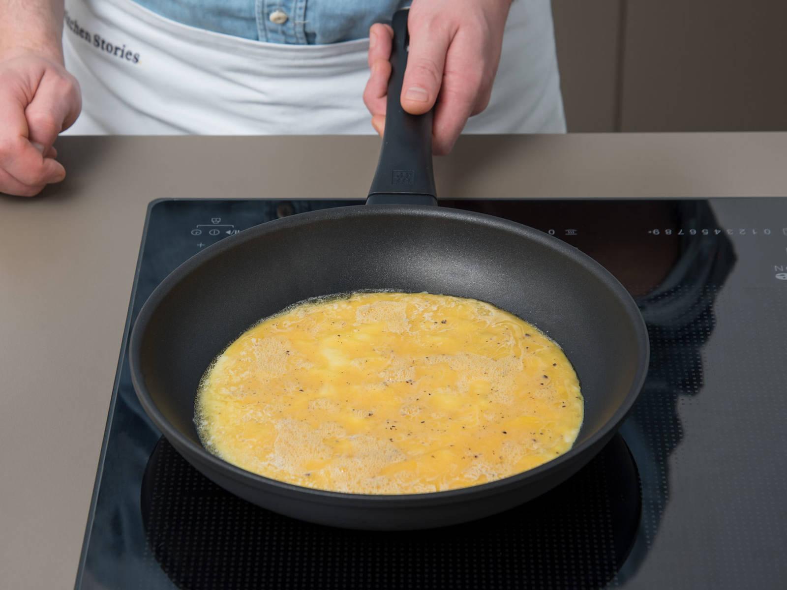 在一个不粘锅中,中火融化黄油。倒入鸡蛋和欧芹,小心地晃锅,让蛋液均匀铺在整个锅底。中低火煎3分钟,不时用硅胶刮刀将蛋饼边缘和煎锅分离开。