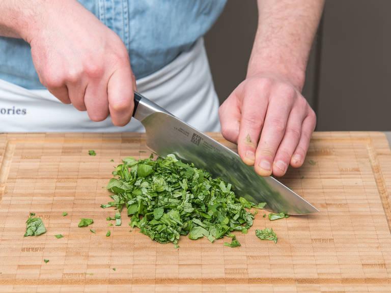 Basilikum fein hacken, Butter würfeln und Zitrone aufschneiden. Butter in einen Zerkleinerer geben und Zitronensaft hineinpressen. Salz, Cayennepfeffer, Pfeffer und Basilikum zugeben und gründlich zerkleinern. Auf ein Stück Frischhaltefolie geben, einrollen und fest einwickeln. Für mind. 30 Min. kaltstellen.