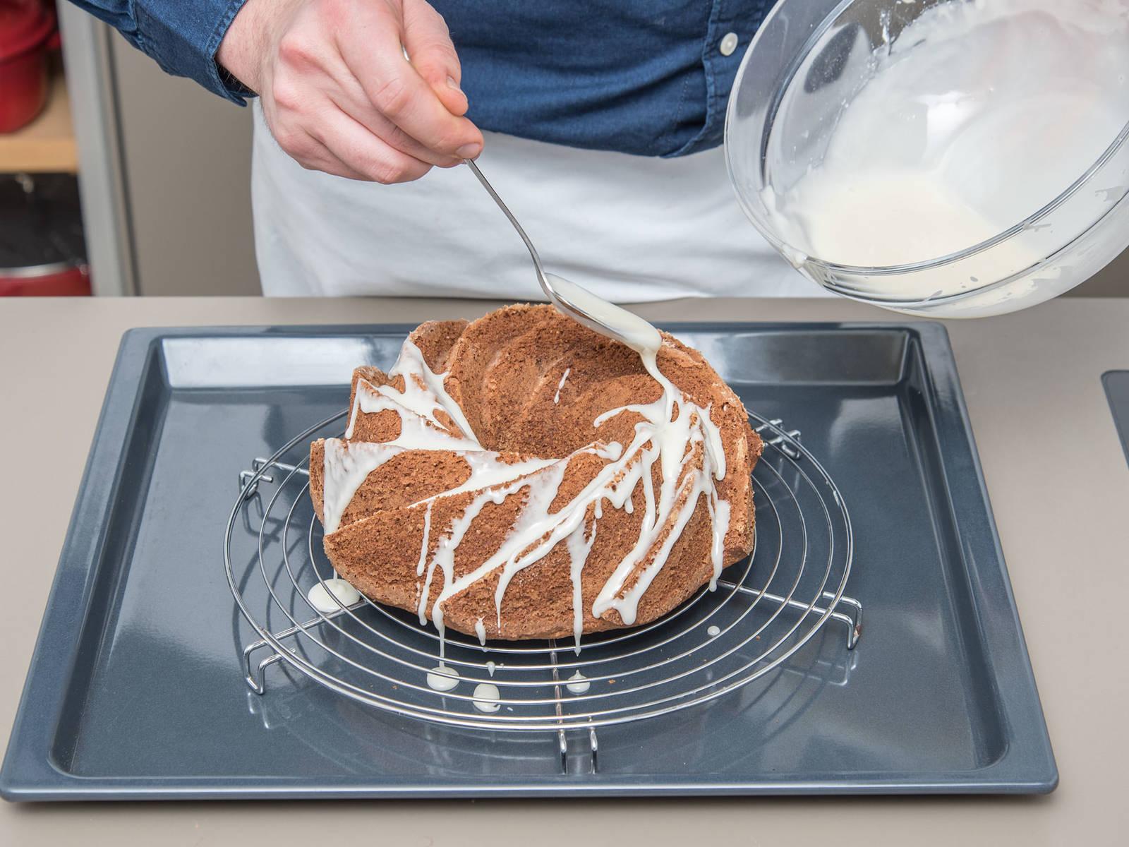 Für die Glasur braune Butter und Puderzucker verrühren. Schmand, restlichen Whiskey und Salz dazugeben und glatt rühren. Den abgekühlten Kuchen aus der Form stürzen und die Glasur darüber verteilen. Guten Appetit!