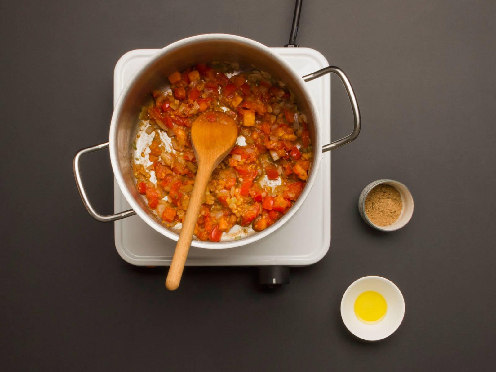 In einem großen Topf Zwiebel, restlichen Knoblauch, gehackte Chili und Korianderstiele in etwas Pflanzenöl bei hoher Temperatur ca. 1 Min anschwitzen. Dann Tomatenwürfel und restliches Garam Masala hinzugeben und weitere 3 Min. braten.