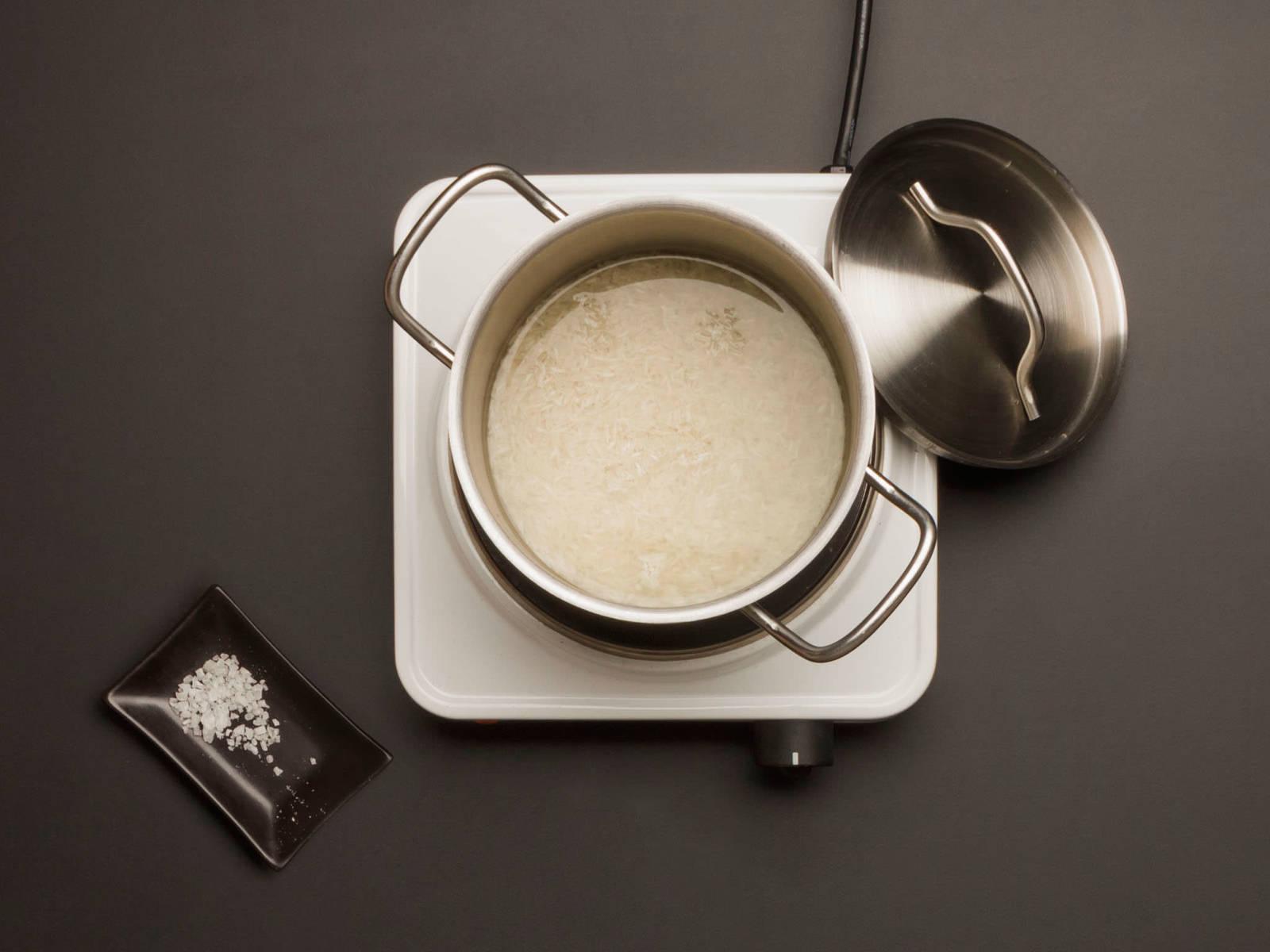Reis, Wasser und Salz in einen weiteren großen Topf geben. Aufkochen, abdecken, Wärmezufuhr reduzieren und ca. 12 – 14 Min. köcheln lassen, bis der Reis gar und das Wasser verdampft ist.