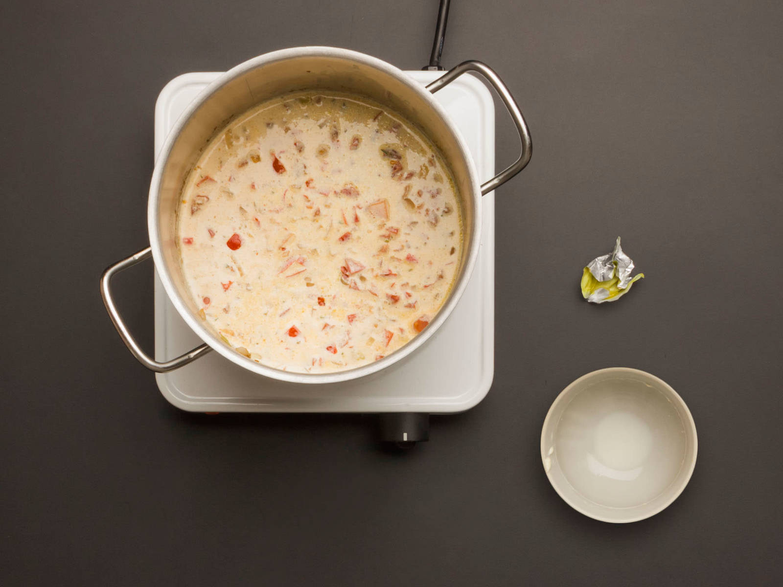 Sahne und Brühwürfel in die erste Pfanne geben, ca. 1 – 2 Min. aufkochen, Wärmezufuhr reduzieren und weitere 10 Min. köcheln lassen.