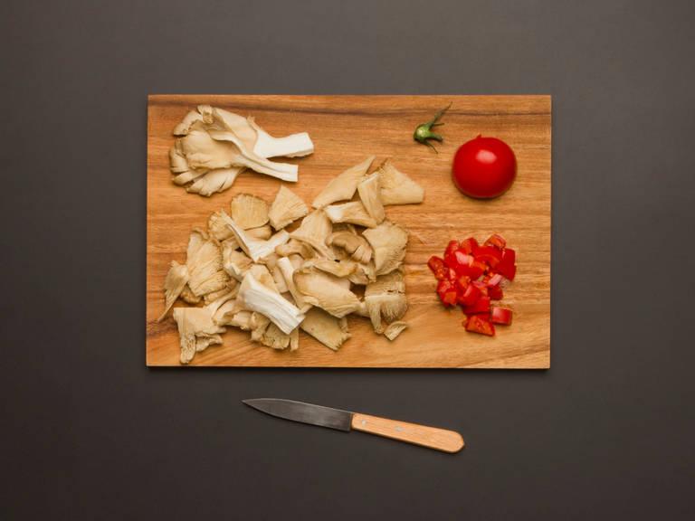 将小平菇切成易入口的大小。番茄切丁。