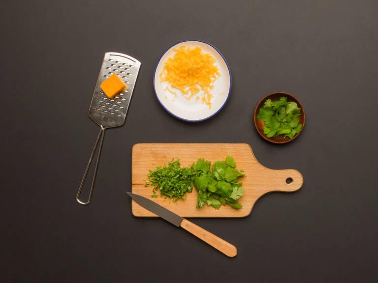 摘下一些香菜叶放在一边,用于装饰。切碎剩余的香菜叶和茎。切碎车达奶酪。