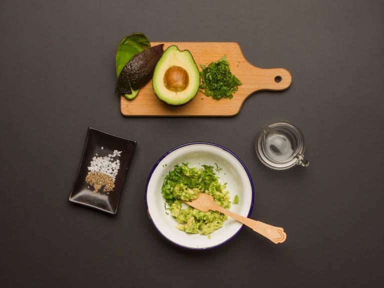 鳄梨切半去壳。挖出果肉,放在碗里,用叉子捣碎。取一半香菜和香醋混合。用盐和胡椒调味。