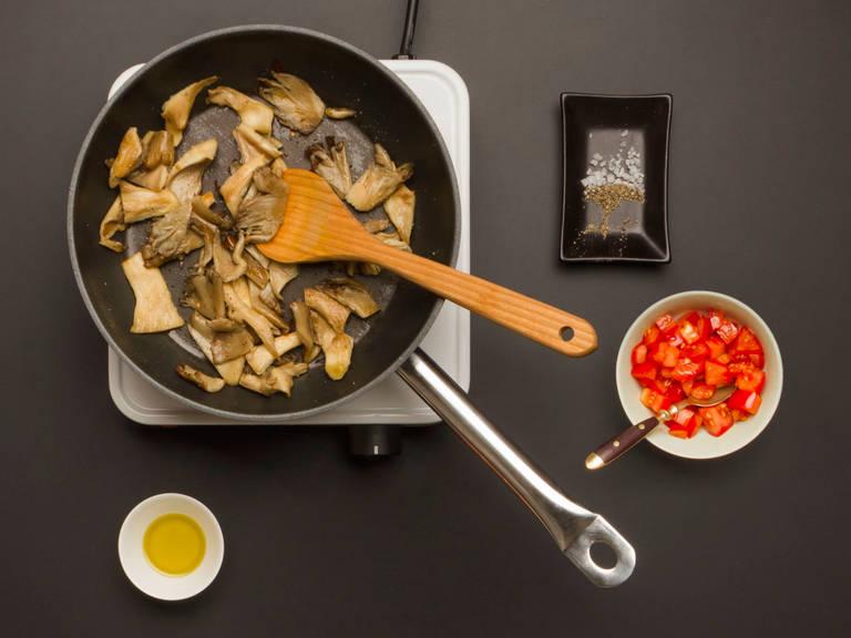 在一只大煎锅里,中火烧热一半橄榄油,将小平菇和切碎的辣椒干翻炒大约3-4分钟。用盐和胡椒调味。在小碗中,将番茄拌入橄榄油。用盐和胡椒调味。