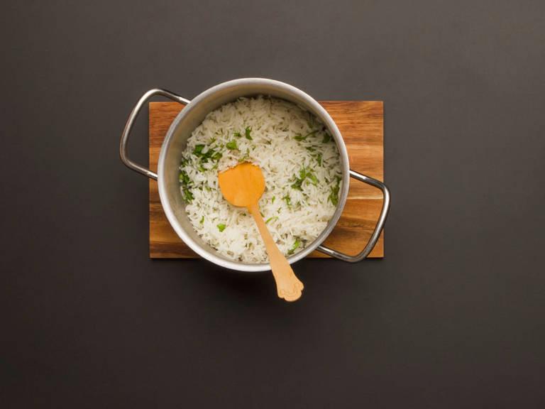 将剩余的香菜拌入冷却了的米饭。