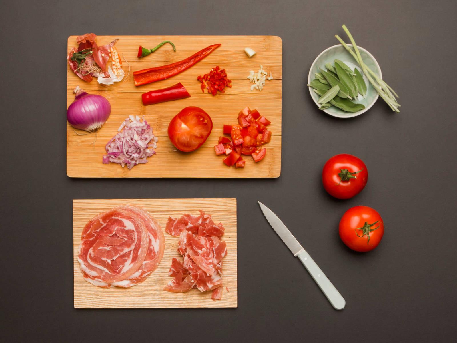 在大平底锅中加一半盐水,煮沸。从枝干上摘下鼠尾草叶,压碎大蒜,大致切一下。切开辣椒,去籽,切碎。洋葱切细丁。意大利培根切成大片。番茄切半再切丁。