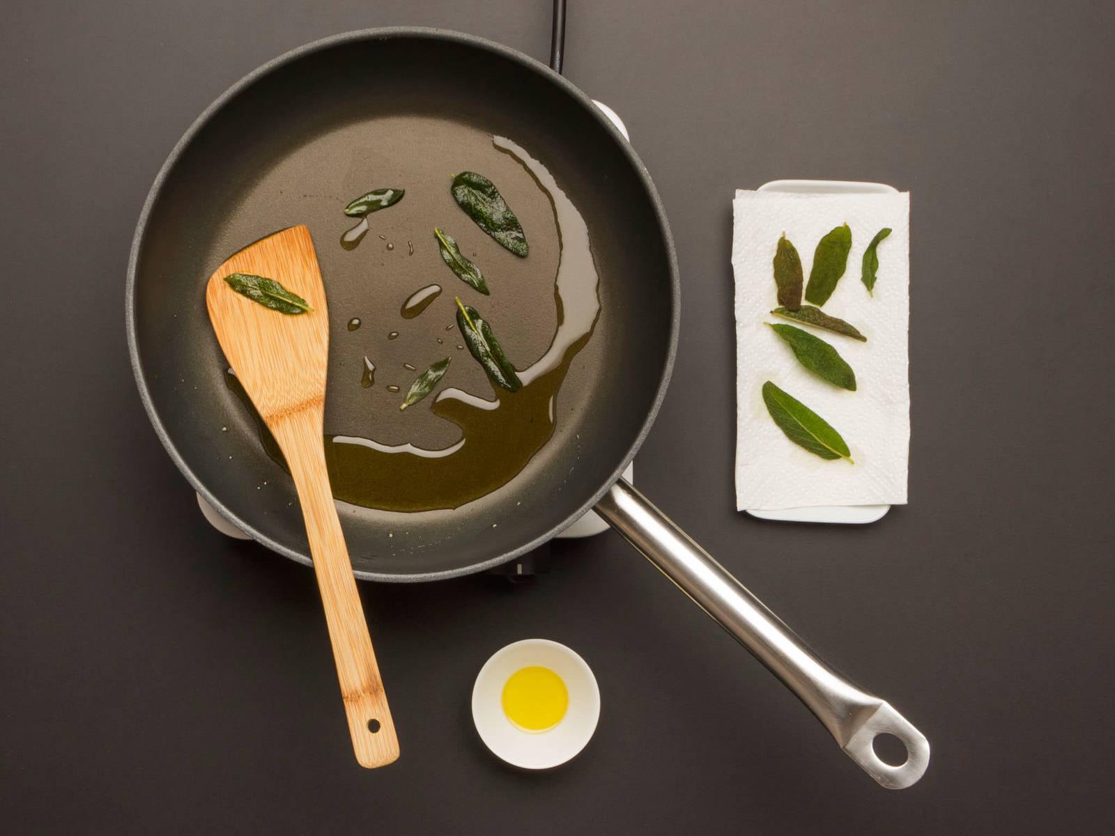 Olivenöl in einer großen Pfanne erhitzen. Salbeiblätter darin ca. 1 Min. frittieren, bis sie knusprig sind. Aufpassen, dass die Blätter nicht anbrennen! Zum Abtropfen auf einen mit Küchenpapier ausgelegten Teller geben. Öl in der Pfanne lassen.