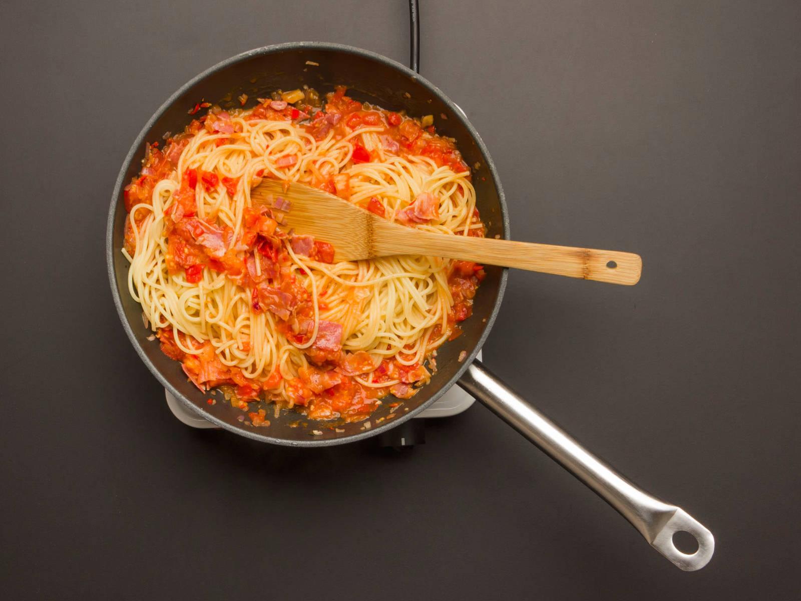 同时,炒番茄大约5分钟。加一些意大利面面汤和三分之二的培根。沥干意大利面,在煎锅中拌匀。用盐和胡椒调味。 撒上鼠尾草叶和剩余的培根,尽情享用吧!