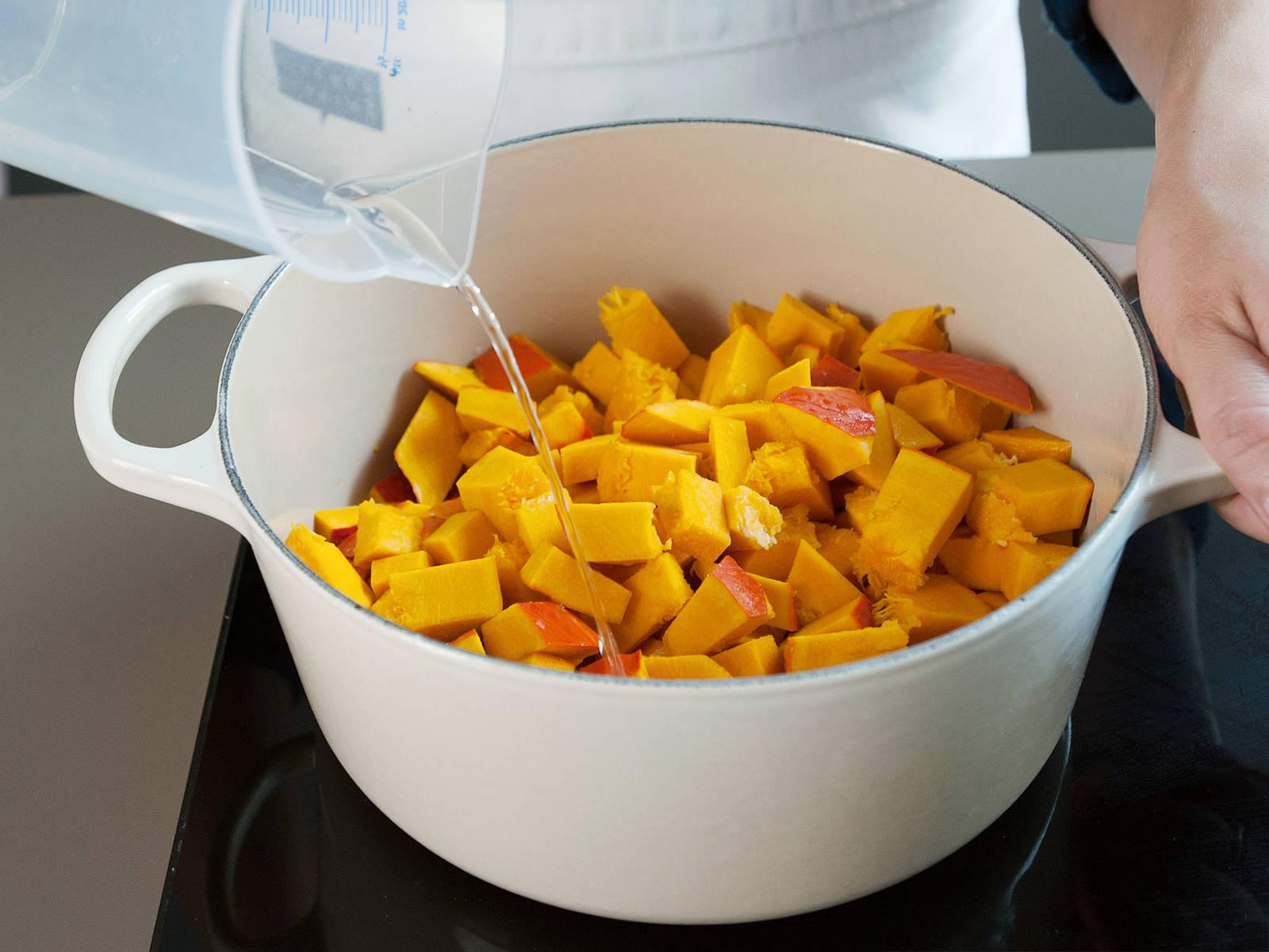 准备南瓜泥:北海道南瓜去籽后切块,和水一块放进荷兰烤炉中。中火煮沸,锅盖盖住时稍微留些空隙,煮至南瓜变软,约需25分钟。
