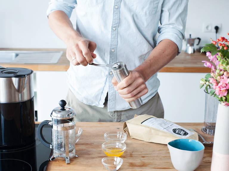 研磨咖啡豆。