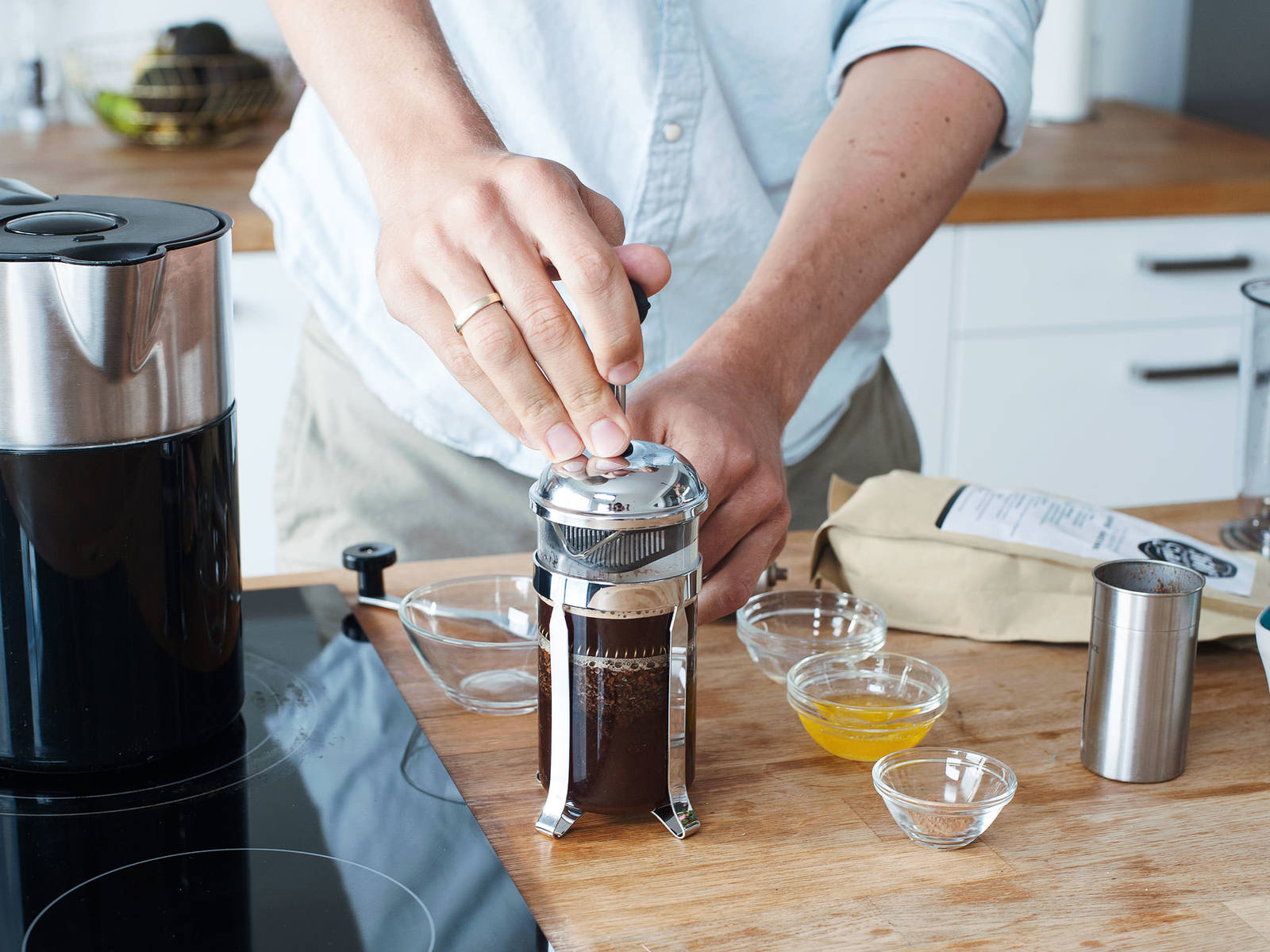 从浓缩咖啡壶或法压壶中选择你偏好的方式,用过滤好的水冲煮咖啡。