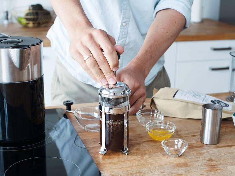 Mit kochendem Wasser frischen Kaffee nach bevorzugter Methode zubereiten, entweder mit einem Espressokocher oder einer Stempelkanne.